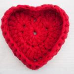 Punane südamekujuline heegeldatud korv