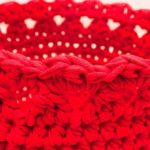 Punane heegeldatud korv